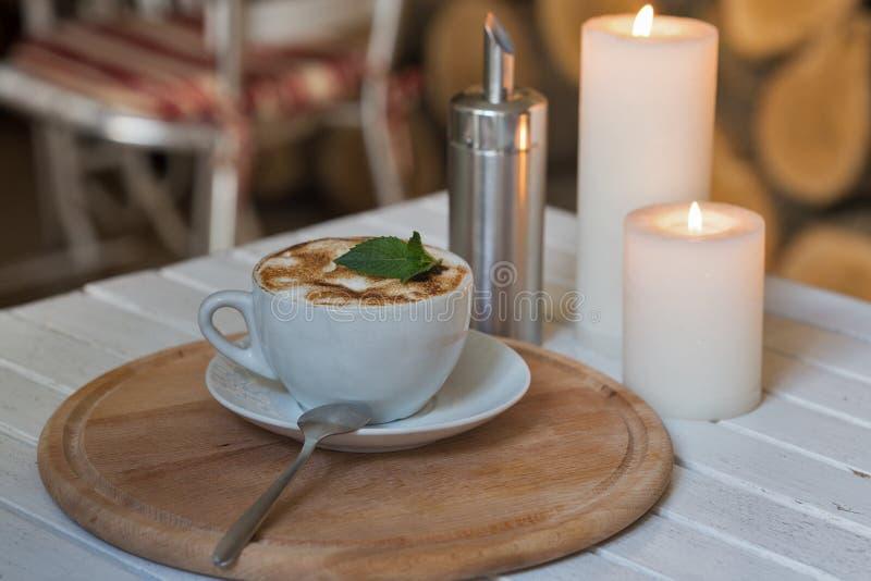 Filiżanka i romantyczne świeczki zbliżenie zdjęcie stock