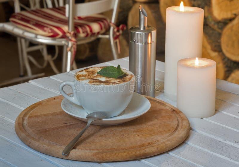 Filiżanka i romantyczne świeczki zbliżenie obraz stock