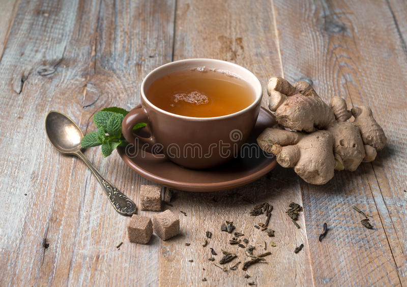 Filiżanka imbirowa herbata, sześciany brown cukier obrazy royalty free