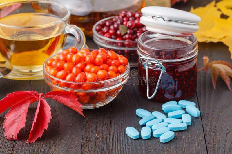Filiżanka jagodowa herbata zamiast pigułki pojęcia natury medycyna zdjęcie royalty free