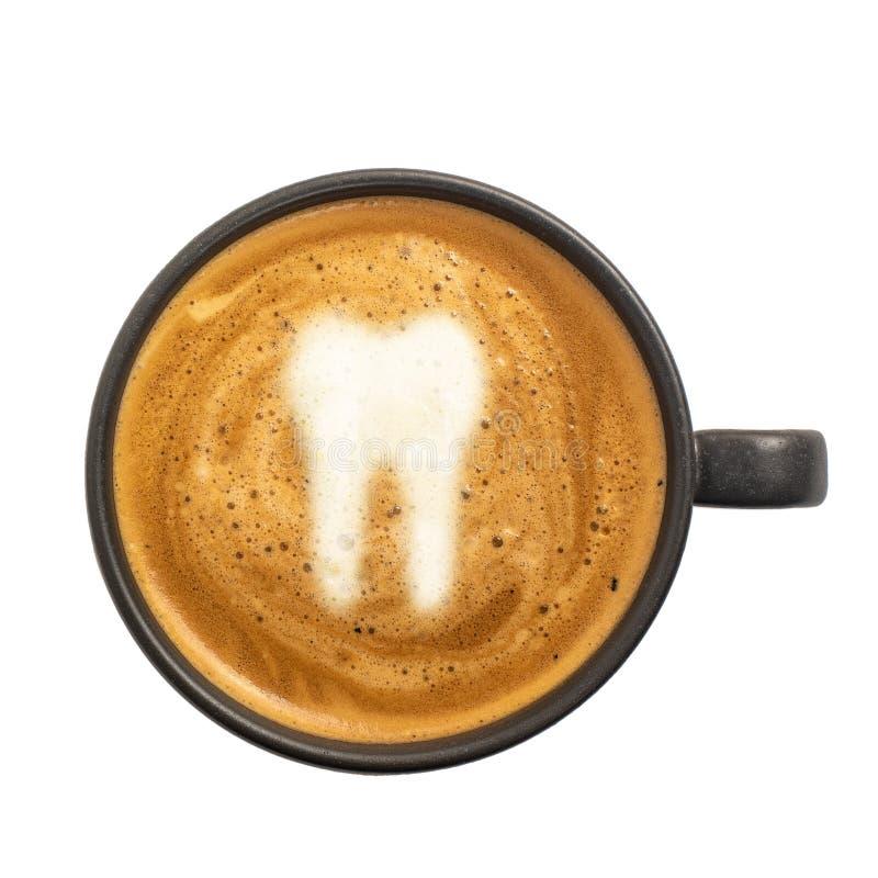 Filiżanka kawa espresso z zębu znakiem na kawy pianie odizolowywającej na białym tle Odgórny widok obraz stock