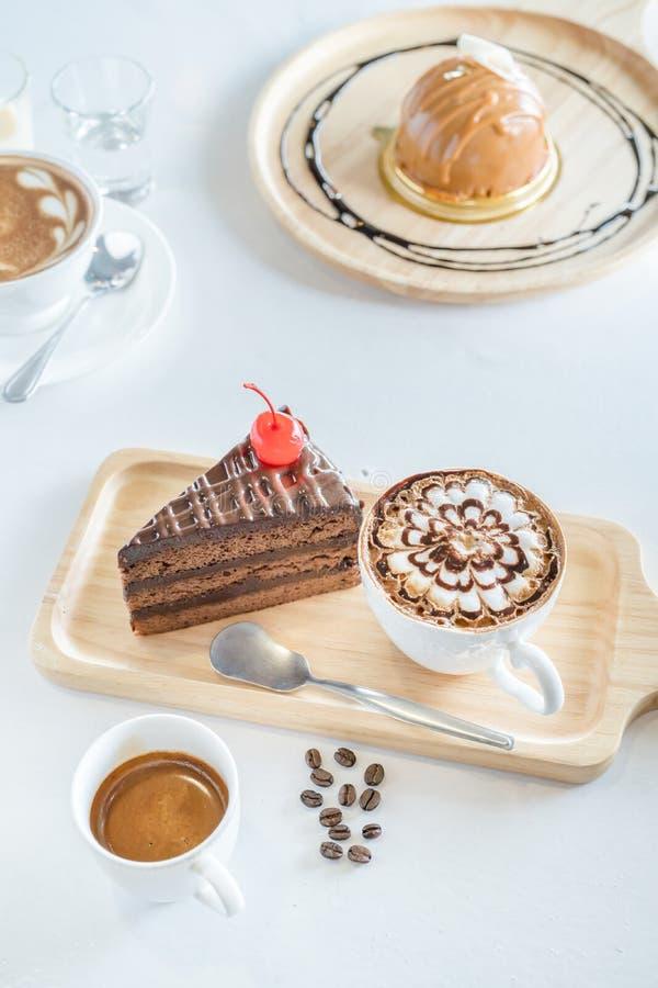 Filiżanka, kawowe fasole i czekoladowy deser na bielu, fotografia stock
