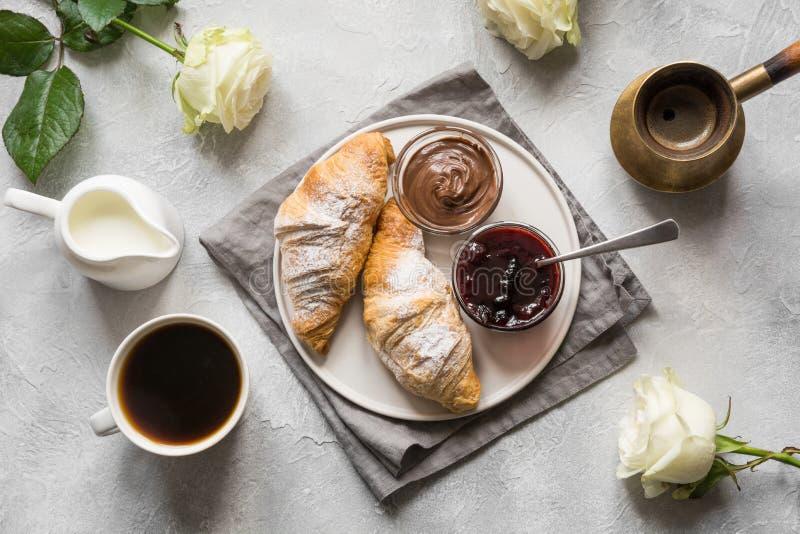 Fili?anka kawy, ?wie?o piec croissants Odg?rny widok Mieszkanie nieatutowy Poj?cie francuza ?niadanie obraz stock