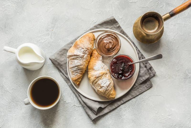 Fili?anka kawy, ?wie?o piec croissants Odg?rny widok Mieszkanie nieatutowy Poj?cie francuza ?niadanie zdjęcie royalty free