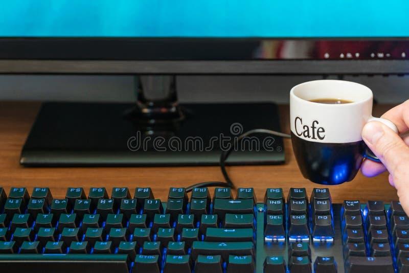 Filiżanka kawy blisko klawiatury obrazy royalty free