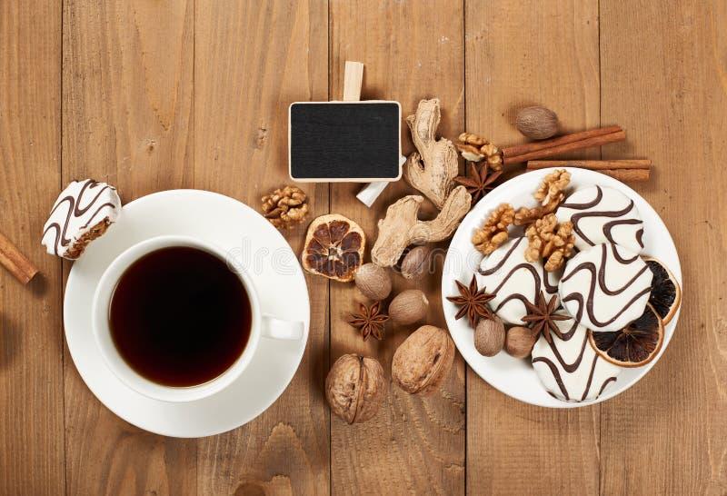 Filiżanka kawy i ciastka na drewnianym tle, pikantności i dekoraci, miniaturowa czerni deska dla teksta, odgórny widok, retro sty zdjęcie royalty free
