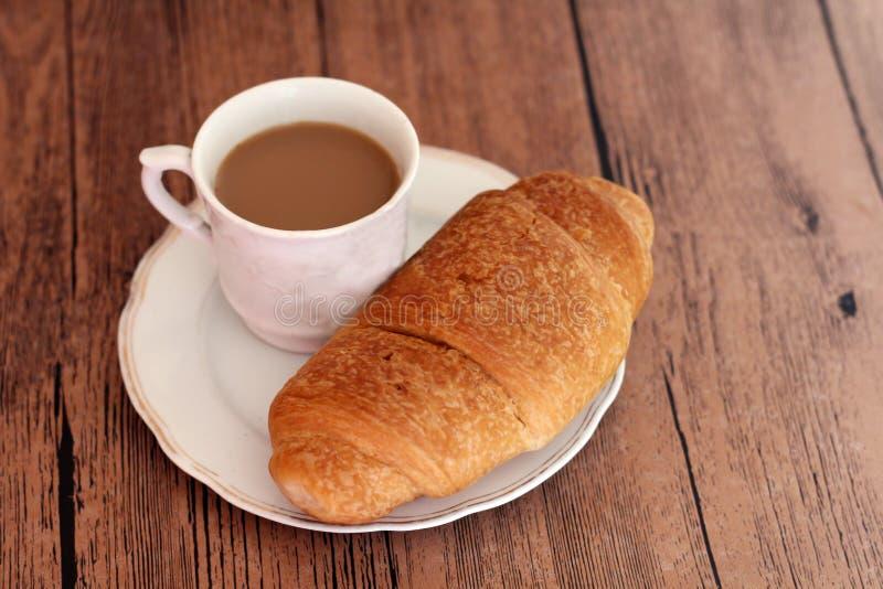 Filiżanka kawy i croissant fotografia royalty free