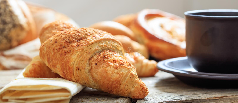 Filiżanka kawy i Croissant obrazy royalty free