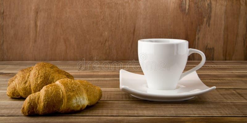 Filiżanka kawy i croissants obrazy stock