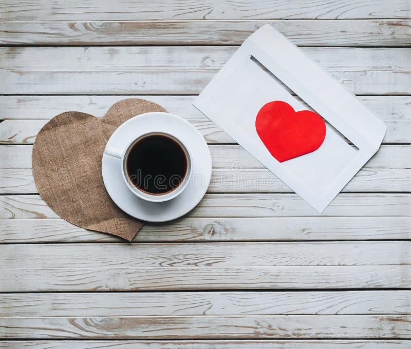 Filiżanka kawy i koperta z listem miłość kosmos kopii zdjęcia royalty free