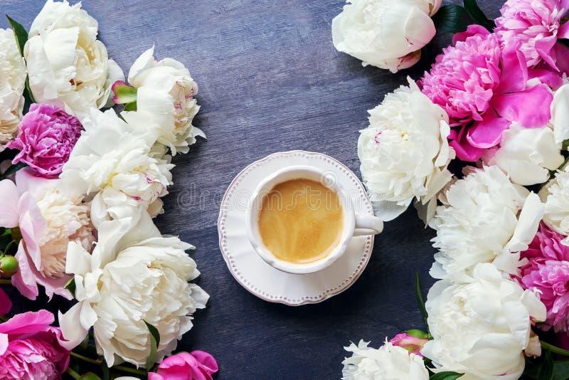 Filiżanka kawy i peonia kwiaty na ciemnym drewnianym tle wierzchołek fotografia royalty free