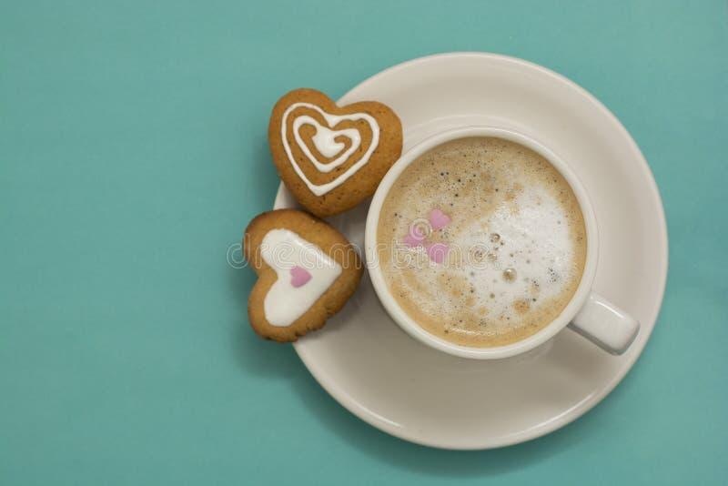 Filiżanka kawy, latte lub serce kształtowaliśmy ciastka, ciastka Błękitny tło, kopii przestrzeń Kofeina napoju kochankowie Ranek  obrazy stock