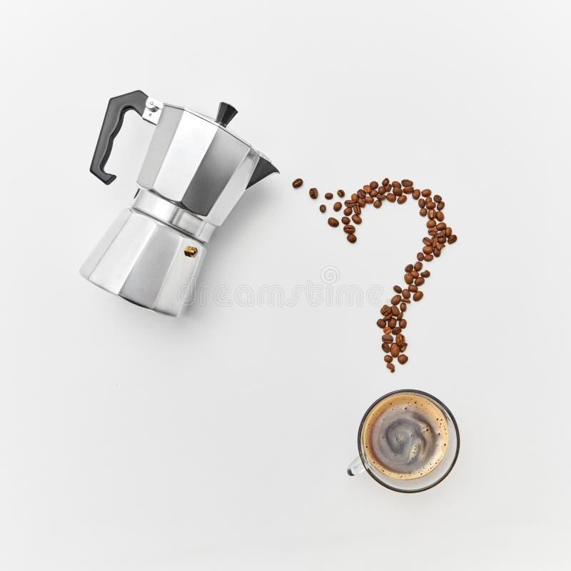 Filiżanka kawy, metalu kawowy producent i kawowe fasole w formie znaka zapytania na szarym tle z przestrzenią dla, fotografia stock