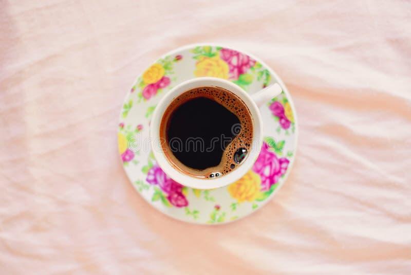 Filiżanka kawy na łóżku obraz stock