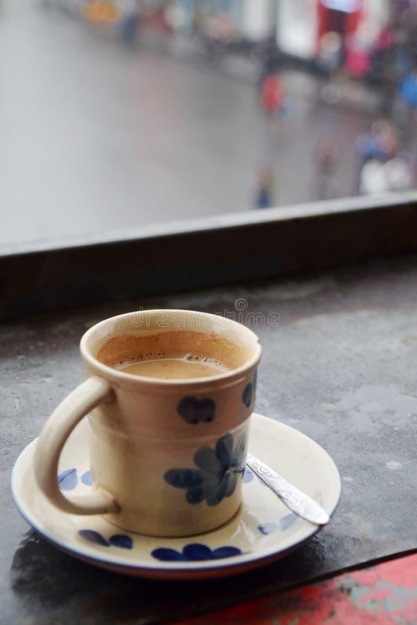 Filiżanka kawy na balkonu stole obraz royalty free