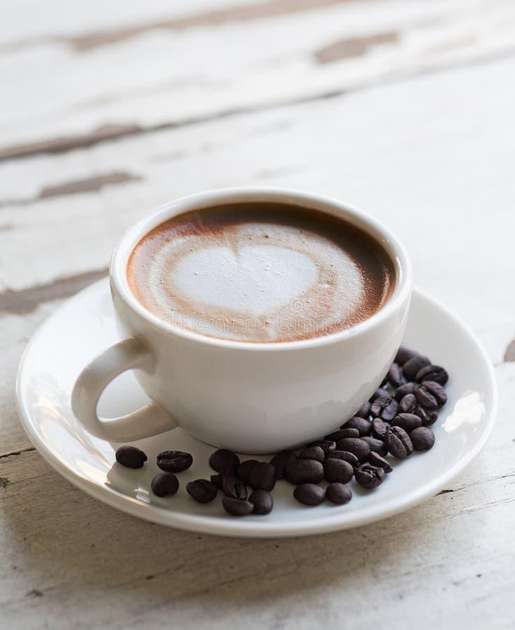Filiżanka kawy na bielu stole obraz stock