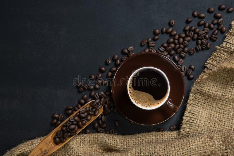 Filiżanka kawy na czerń stole obrazy stock