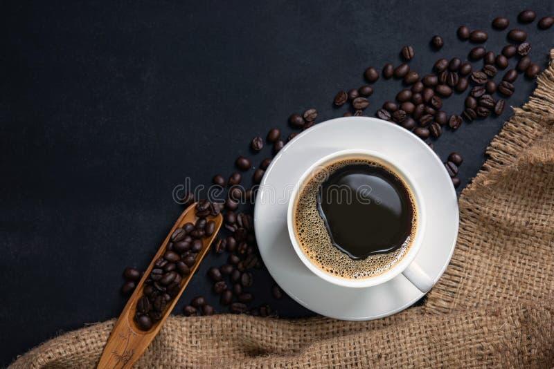 Filiżanka kawy na czerń stole zdjęcie royalty free