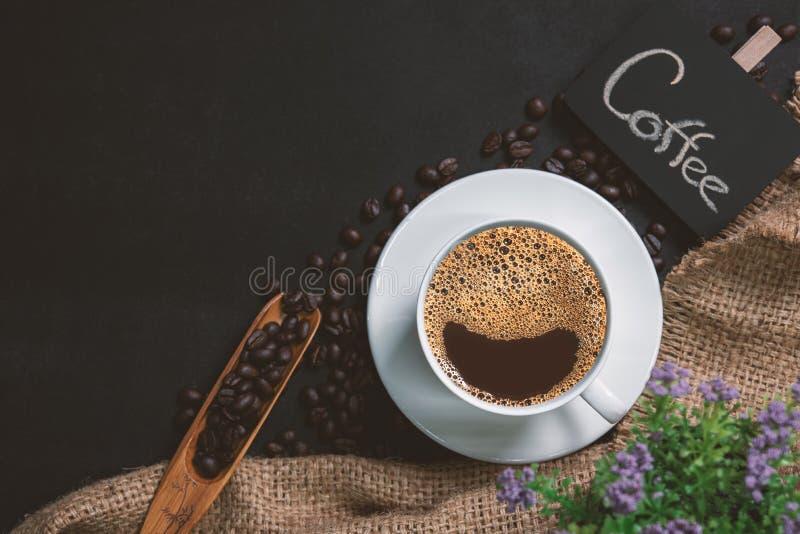 Filiżanka kawy na czerń stole zdjęcia royalty free