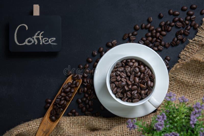 Filiżanka kawy na czerń stole zdjęcie stock