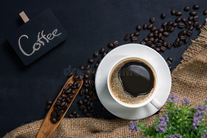 Filiżanka kawy na czerń stole fotografia stock