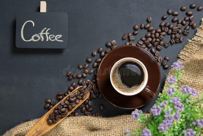 Filiżanka kawy na czerń stole obraz royalty free
