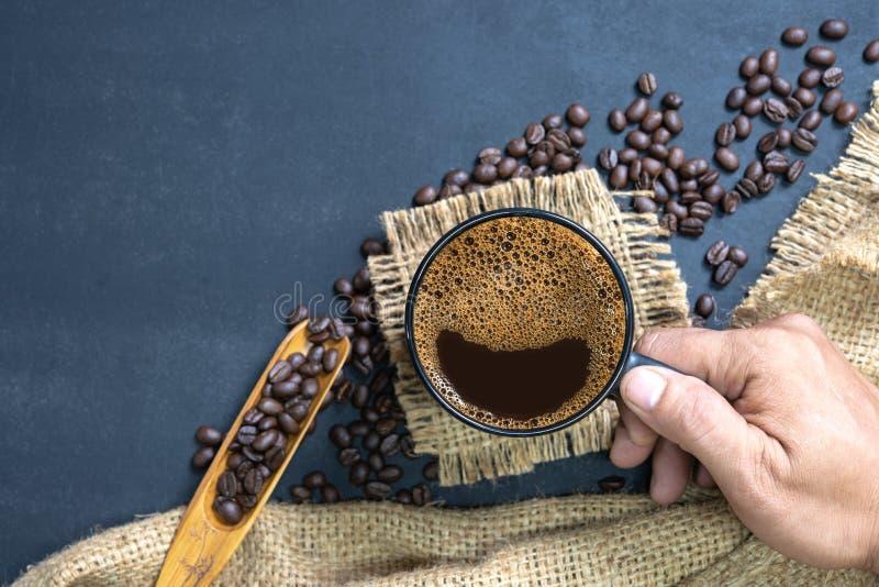 Filiżanka kawy na czerń stole obrazy royalty free