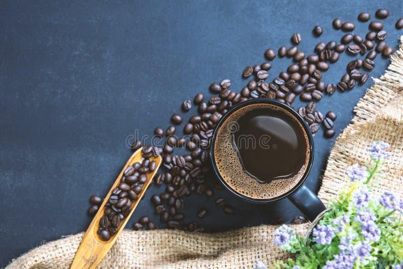 Filiżanka kawy na czerń stole zdjęcia stock