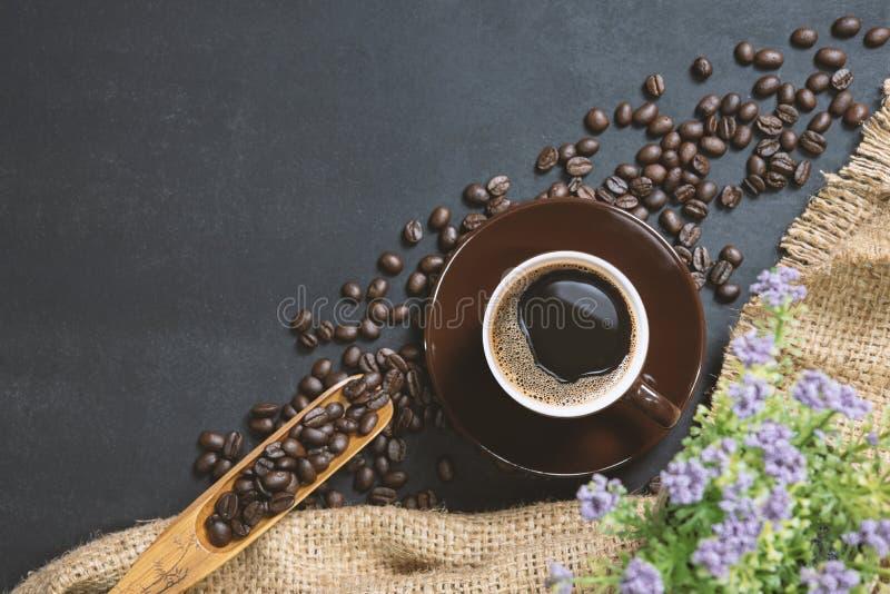 Filiżanka kawy na czerń stole obraz stock