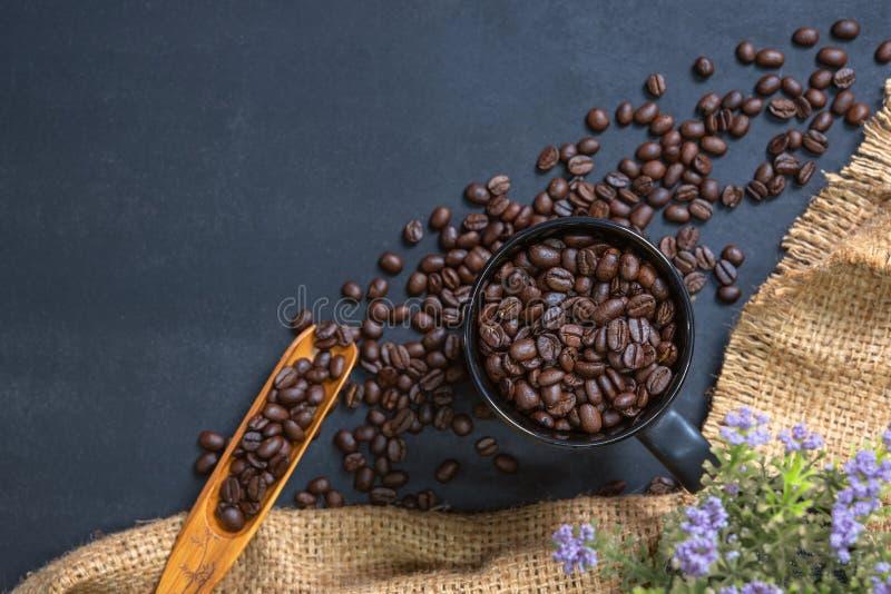 Filiżanka kawy na czerń stole fotografia royalty free