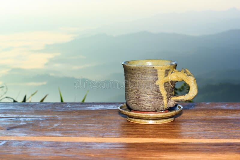 Filiżanka kawy na drewnianym stole zdjęcie royalty free