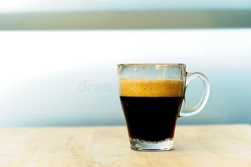 Filiżanka kawy na drewnianym stole z pracy przerwy czasem, karmowy pojęcie Zakończenie up szkło gorącej kawy espresso mieszanki M fotografia royalty free