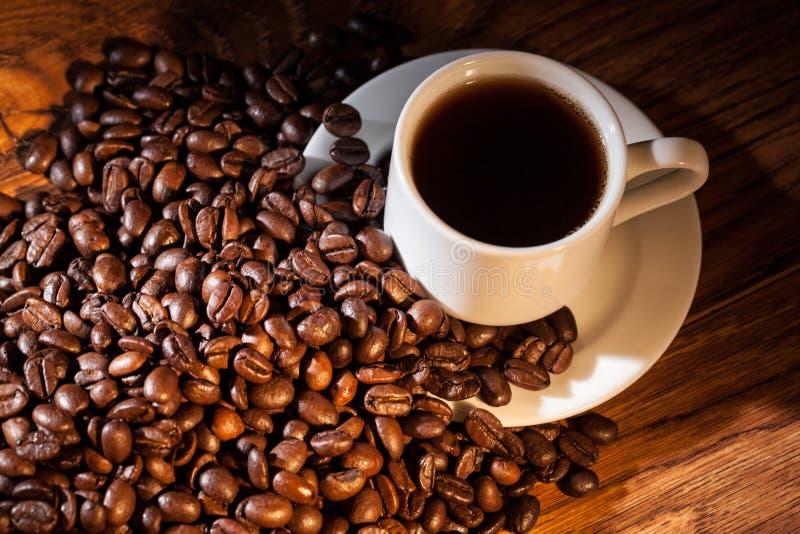 Filiżanka kawy na fasolach obrazy royalty free