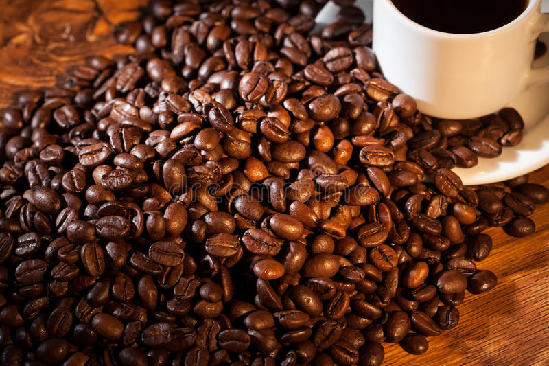 Filiżanka kawy na fasolach obraz royalty free