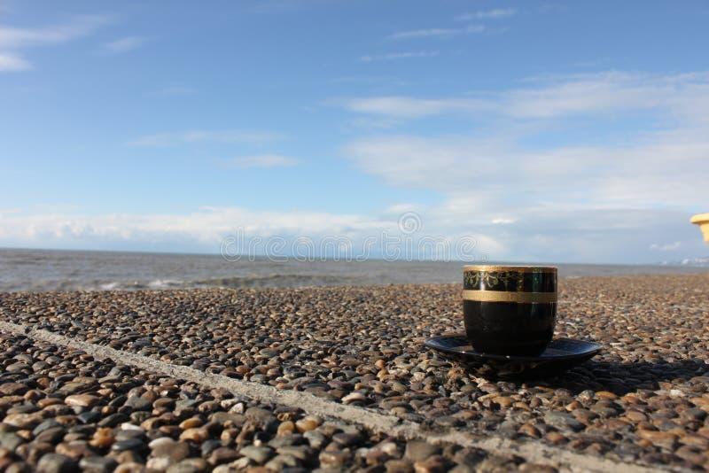 Filiżanka kawy na nabrzeżu zdjęcie royalty free