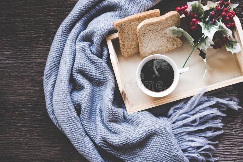Filiżanka kawy na nieociosanej drewnianej porci tacy w wygodnej zimie z koc Dziewiarski ciepły drewniany pulower w zima weekendzi fotografia royalty free