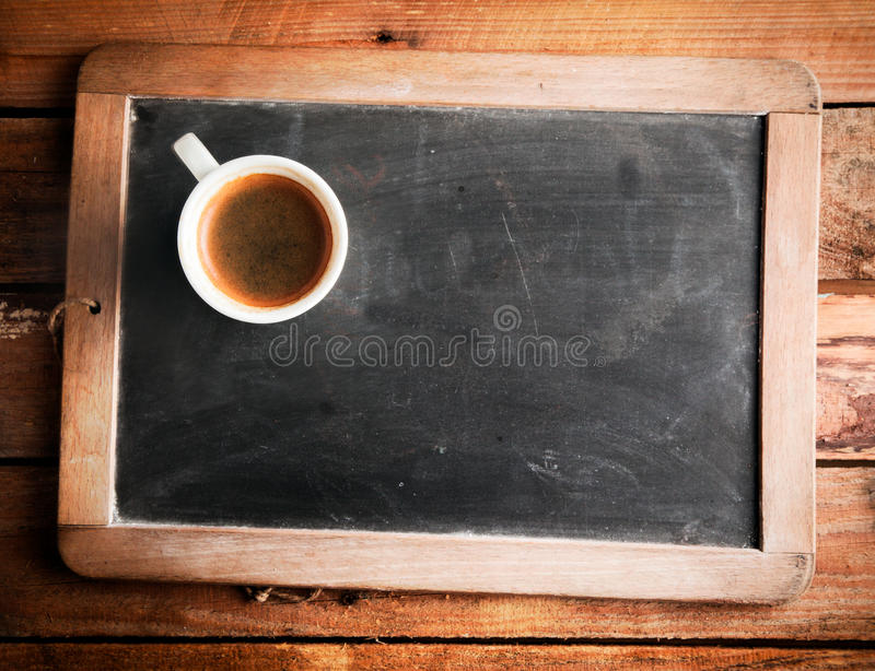 Filiżanka kawy na szkolnym łupku fotografia stock