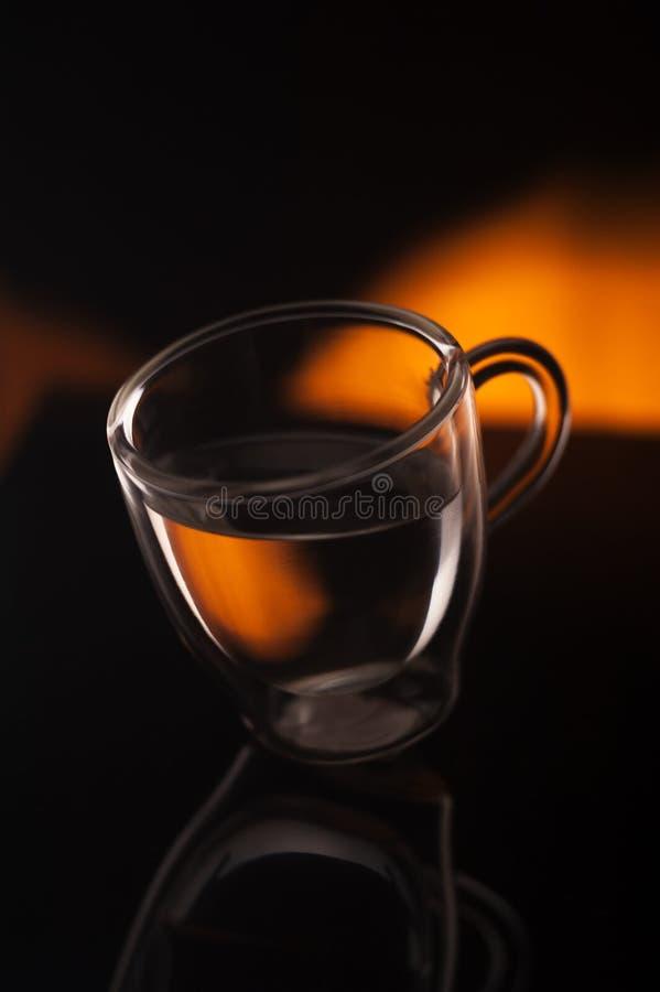 Filiżanka kawy w przejrzystym szkle strzelał w studiu fotografia stock