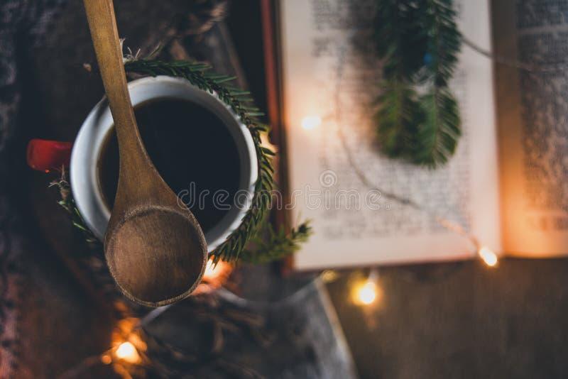 Filiżanka kawy z bożonarodzeniowe światła i książką obrazy stock