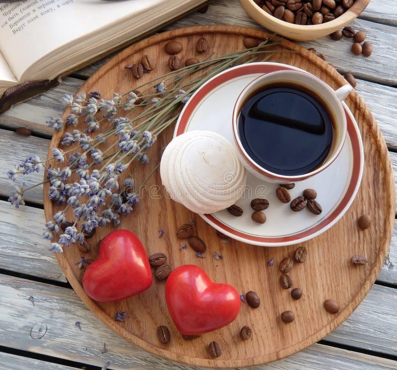 Filiżanka kawy z ciastkami w łóżku obraz royalty free