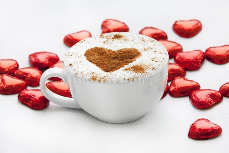 Download Filiżanka Kawy Z Kierowym Symbolem Wokoło I Cukierkiem. Zdjęcie Stock - Obraz złożonej z kalendarz, aromaty: 28952394