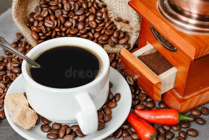 Filiżanka kawy z kontrparą, kawowe fasole, czekoladowi kawałki, cinnam obraz royalty free