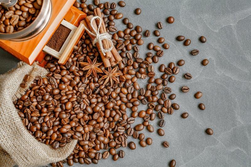 Filiżanka kawy z kontrparą, kawowe fasole, czekoladowi kawałki, cinnam fotografia stock