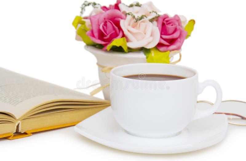 Filiżanka kawy z książką odizolowywającą na białym tle zdjęcia stock