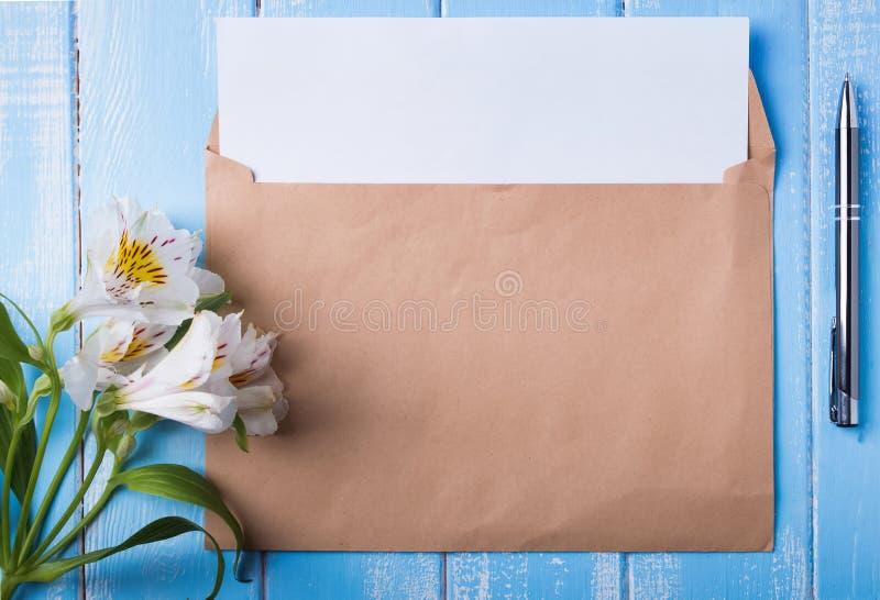 Filiżanka kawy z mlekiem, pustym papierem w kopercie, piórem i al, zdjęcia stock