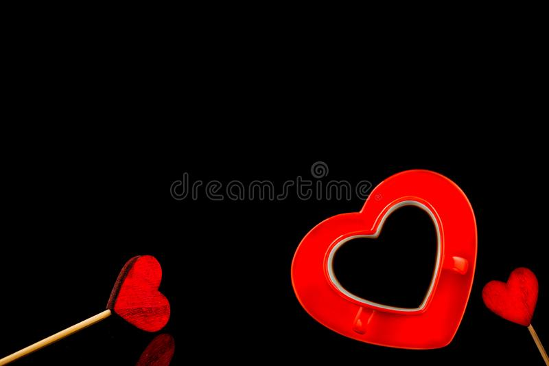 Filiżanka kawy z pianą w postaci serca na czarnym tle Czerwony kierowy handmade od odczuwanego, walentynki pojęcie zdjęcie royalty free