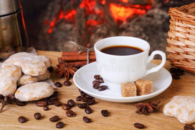 Filiżanka kawy z pikantność w tle płonący firepl zdjęcia stock
