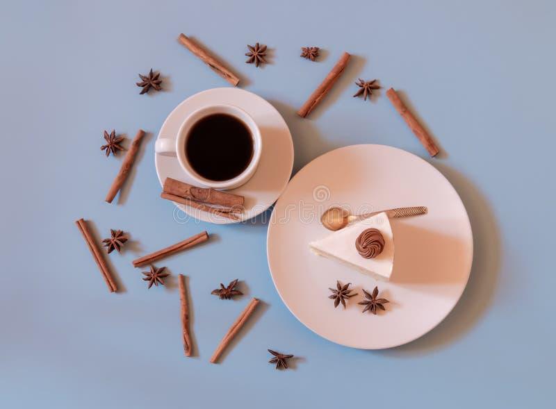 Filiżanka kawy z tortem i pikantność zdjęcie royalty free
