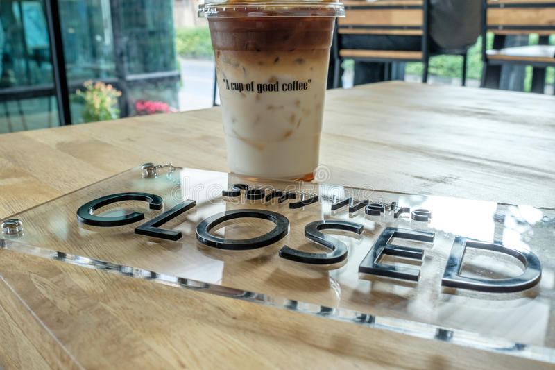 Filiżanka kawy z Zamkniętym znakiem fotografia stock