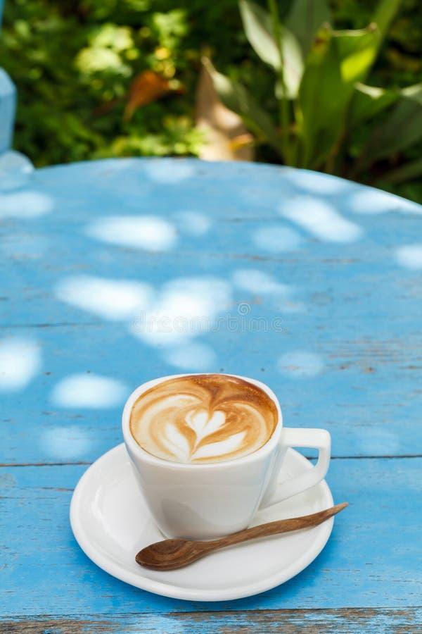Download Filiżanka Latte Kawa Na Błękitny Drewnianym Zdjęcie Stock - Obraz złożonej z torty, błękitny: 53792394